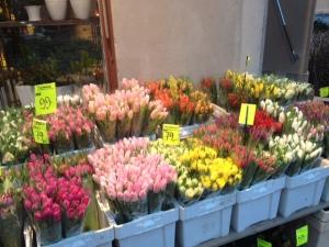 Kukkia kaupan katumarketissa.